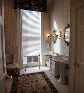 Jak sterować światłem dziennym w mieszkaniu, czyli rolety kontra zasłony